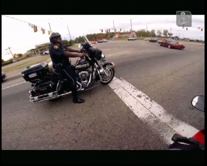 Agente da polícia faz corrida de moto e acaba despedido