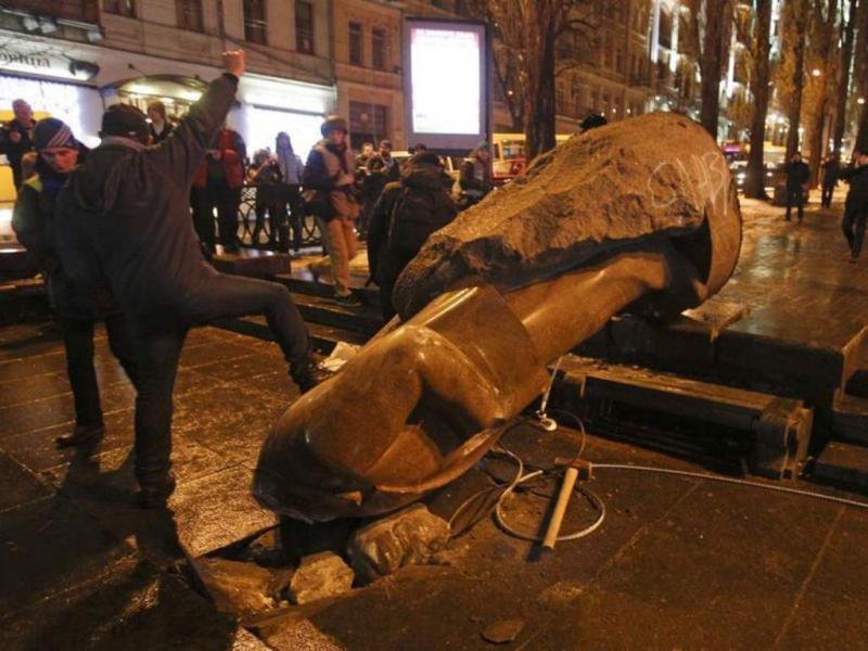 Manifestantes destroem a estátua de Lenine em Kiev [Reuters]