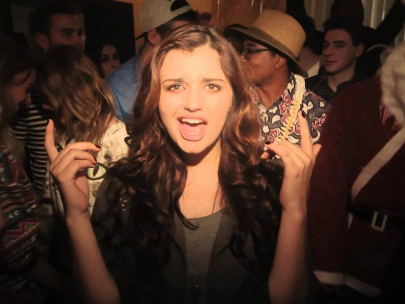 Rebecca Black no vídeo do single «Saturday»