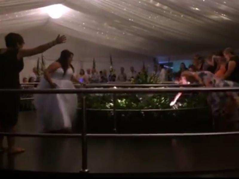 Isto é que é vontade de apanhar o bouquet ( Reprodução / Youtube / Jason Lord)