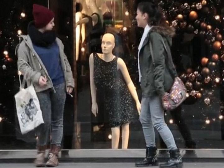 Montras mostram manequins feitos à imagem de pessoas com deficiências nas ruas de Zurique, na Suíça (Foto: Reprodução/YouTube)