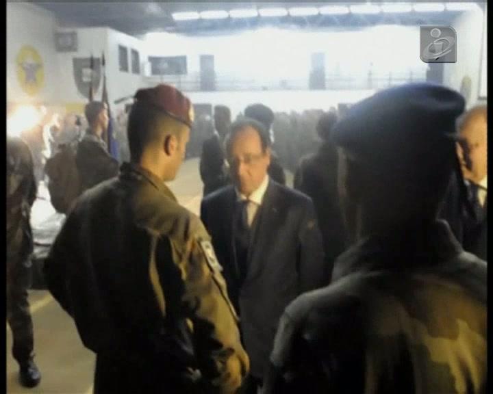 Hollande visita tropas francesas