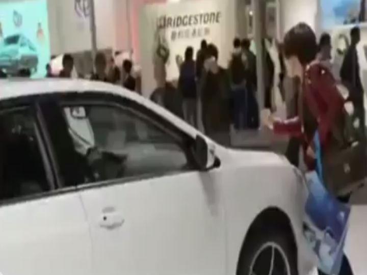 Chinesa risca carro de luxo para obrigar o marido a comprá-lo (Foto:Reprodução/YouTube)