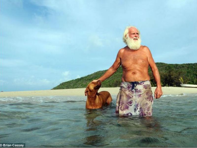 Milionário perde tudo e vai para ilha deserta (Foto reprodução DailyMail)