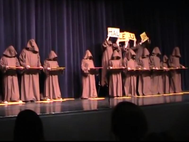 «Monges cantam Hallelujah Chorus» (Reprodução / Youtube / Sally Mathes)