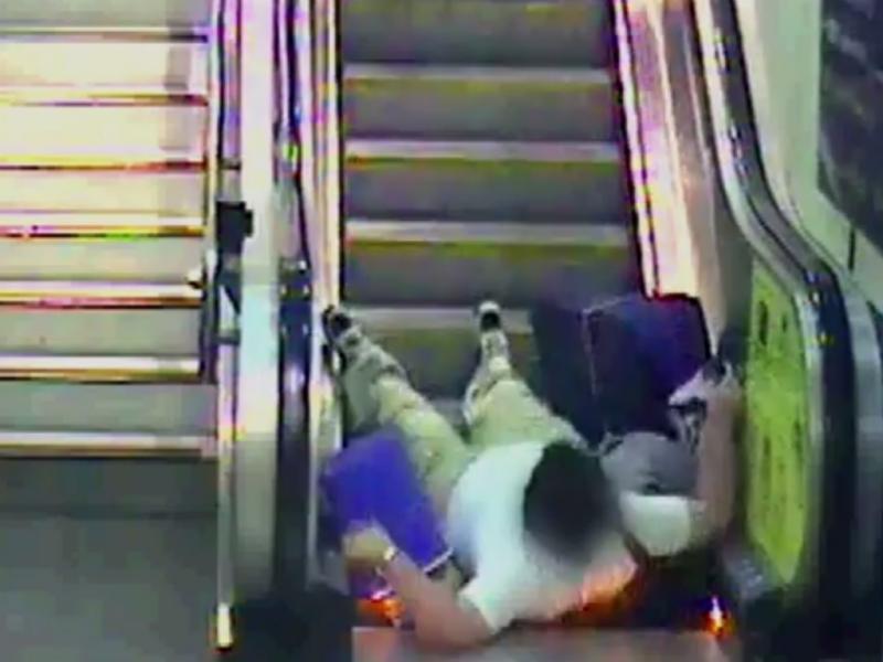 Acidente em escada-rolante (Reprodução / Youtube / Network Rail)