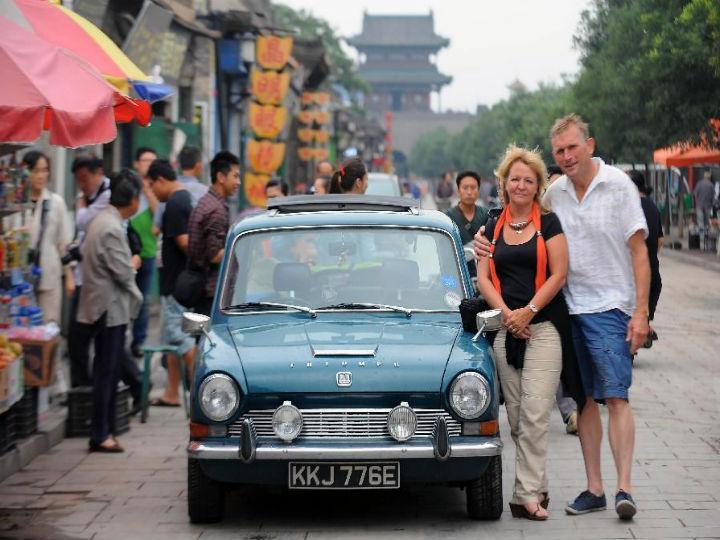 Casal que deu a volta ao mundo com um carro comprado no eBay, na China (Foto:Reprodução/Facebook)