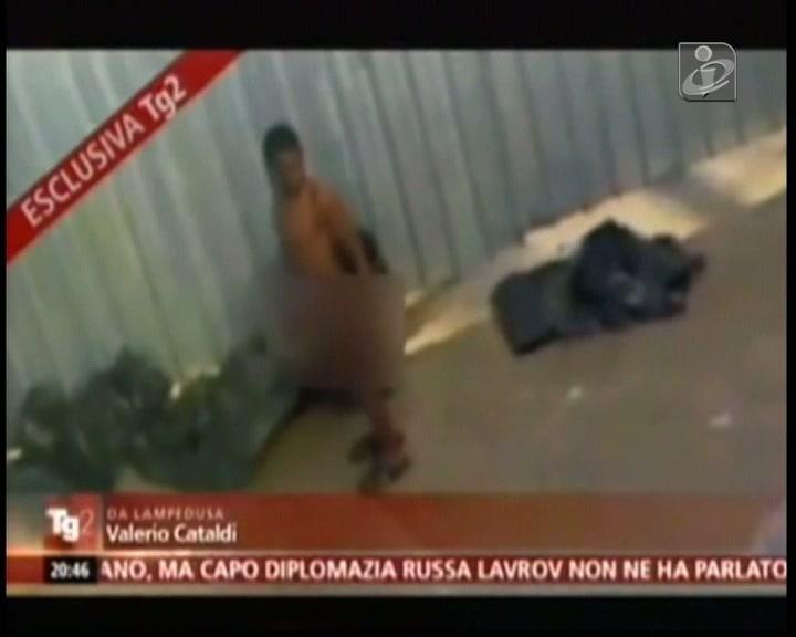 Lampedusa: imigrantes despidos, alinhados e fumigados