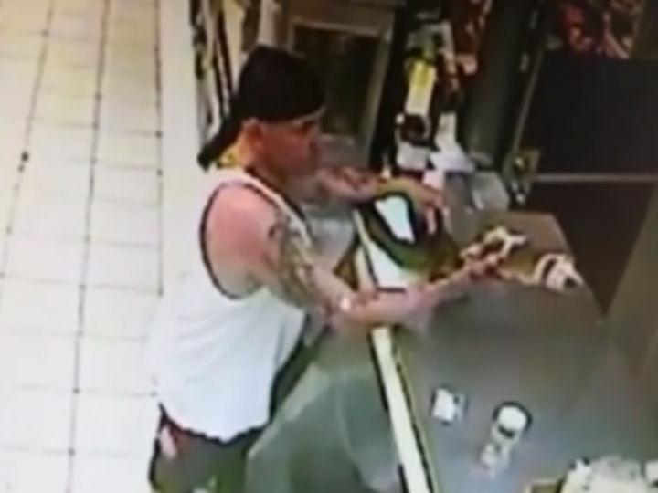 Homem tenta pagar caixa de cerveja com crocodilo (Foto:Reprodução/YouTube)