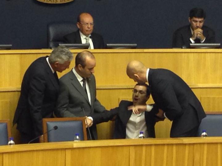 Deputado do PND Hélder Spínola retirado à força da cadeira de Alberto João Jardim, na Madeira (Mário Gouveia)