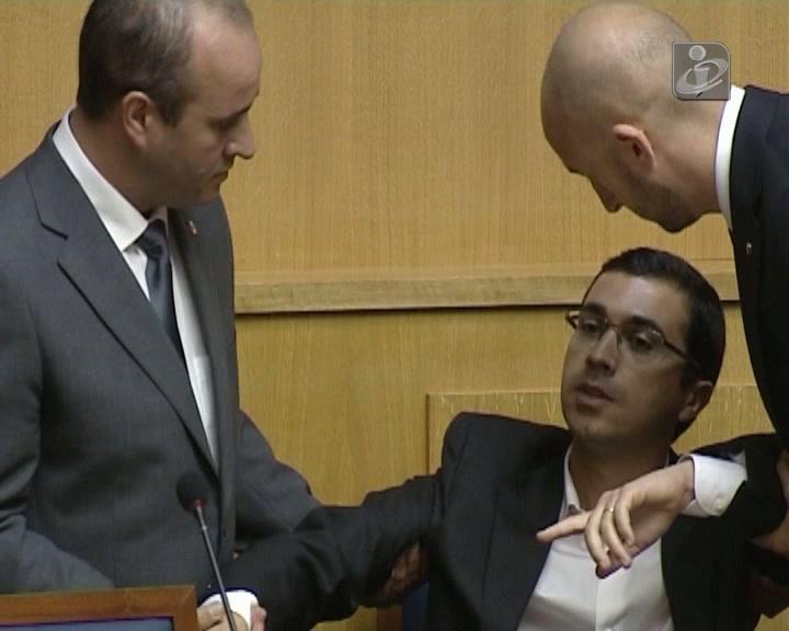 Deputado retirado à força da cadeira de Alberto João Jardim