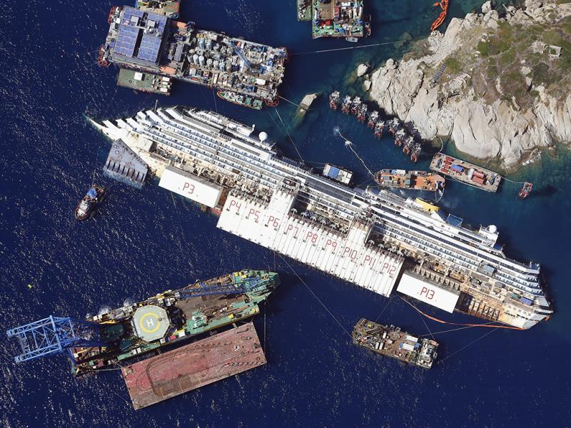 Costa Concordia ao largo da ilha de Giglio (REUTERS)