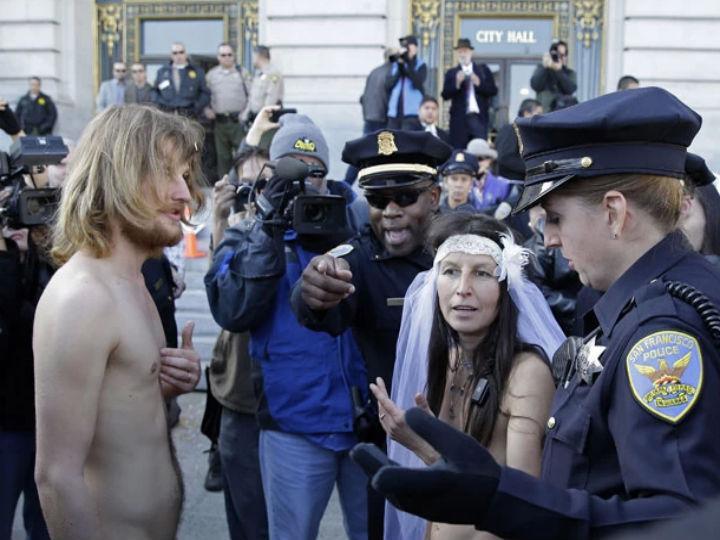 Casal casa-se nu nas ruas de São Francisco, nos Estados Unidos, e é preso (Foto:Reprodução/Gipsy Taub/Twitter)