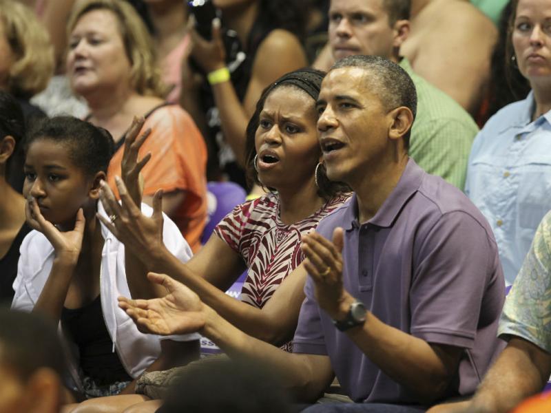 Obama, de férias, troca carinhos com mulher (Reuters)
