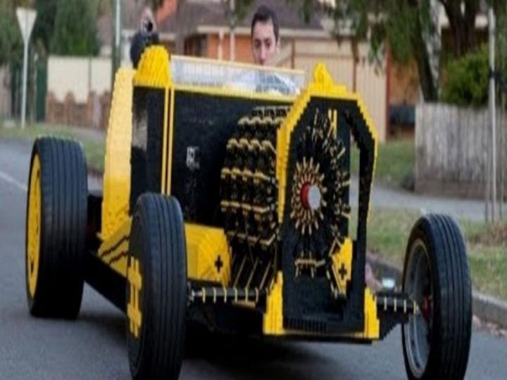 Carro construído com legos circula pelas ruas de Melbourne, na Austrália (Foto:Reprodução/Youtube)