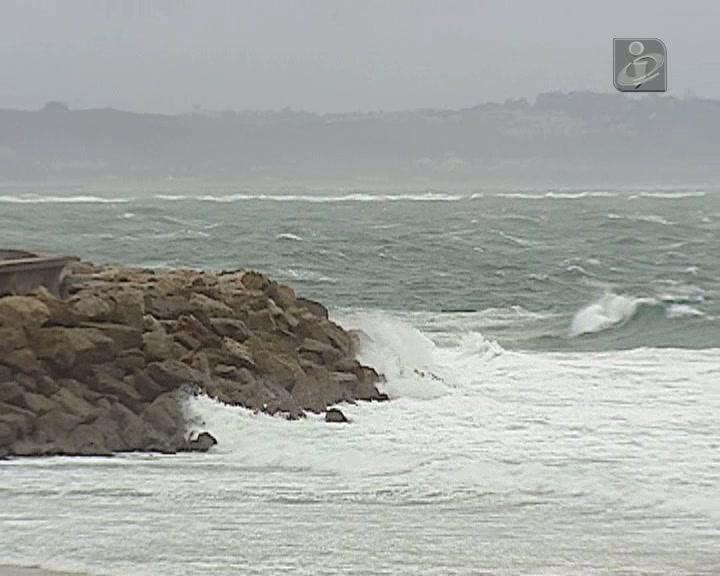 Ondas com mais de sete metros na costa de Lisboa e Leiria
