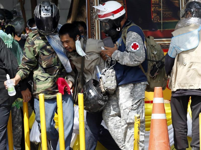 Polícia tailandesa afastou manifestantes com gás lacrimogéneo, balas de borras e canhões de água (Lusa)