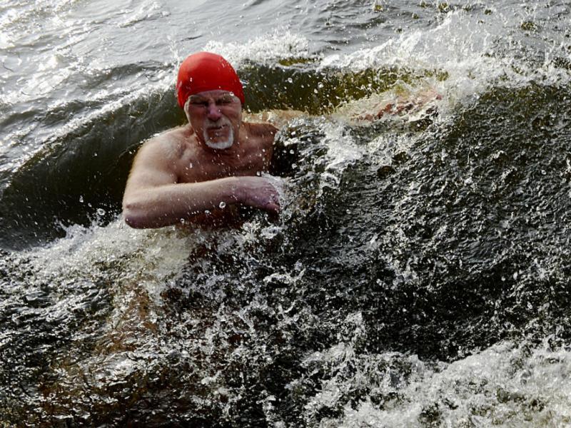 Nadar num rio com temperaturas de quase zero na República Checa (EPA/LUSA)