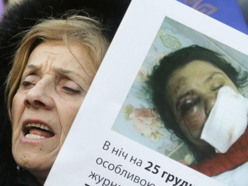 Manifestação de apoio a jornalista foi espancada por dois homens na noite de dia 24, na Ucrânia (EPA/LUSA)