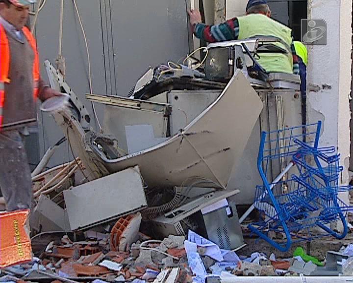 Violenta explosão destrói caixa de multibanco