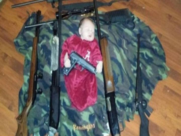 Foto mostra bebé a dormir com armas (Foto:Reprodução/Twitter)