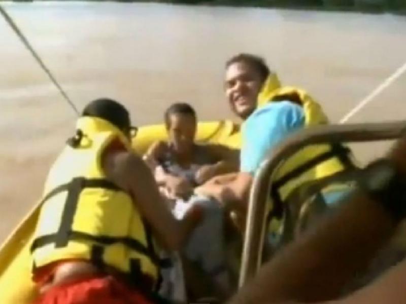 Bebé nasce em barco no meio das cheias (Foto Reprodução YouTube)