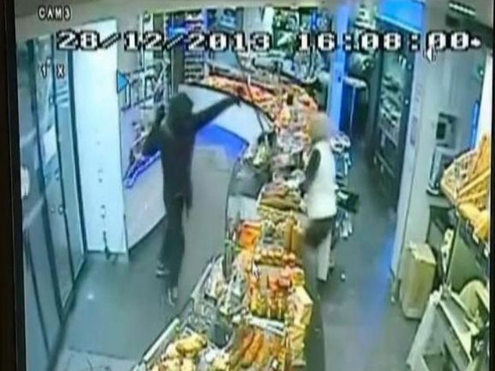 Comerciante afugenta assaltante com vassoura (Foto:Reprodução/YouTube)