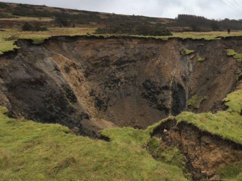 Tempestade deixa buraco com 39,6 metros (Reprodução / The Independent)