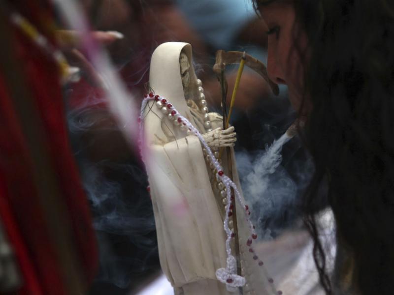 Mexicanos devotos da Senhora da Morte (REUTERS)