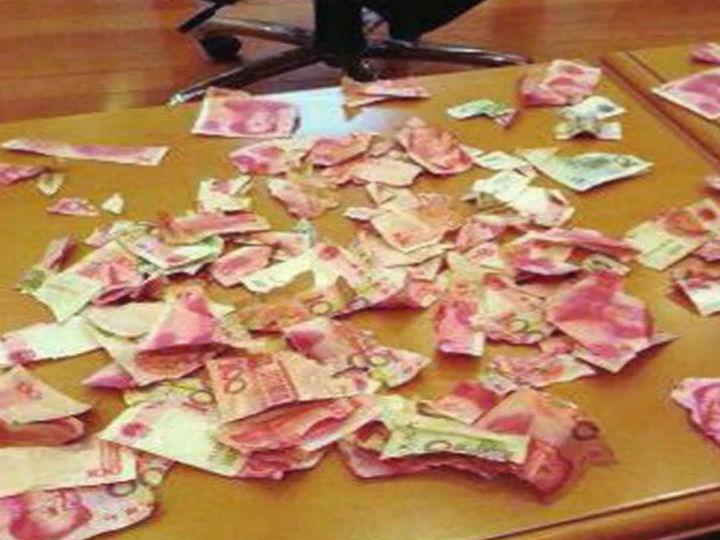 Criança rasga dinheiro guardado debaixo da cama pelos pais (Foto:Reprodução/Weibo)