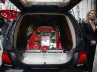 O caixão de Eusébio no carro fúnebre