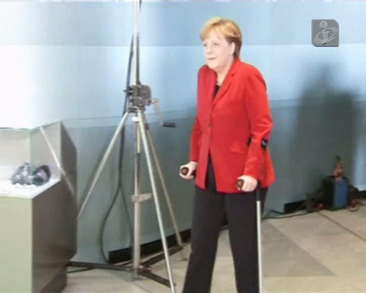 Merkel de muletas após acidente de esqui
