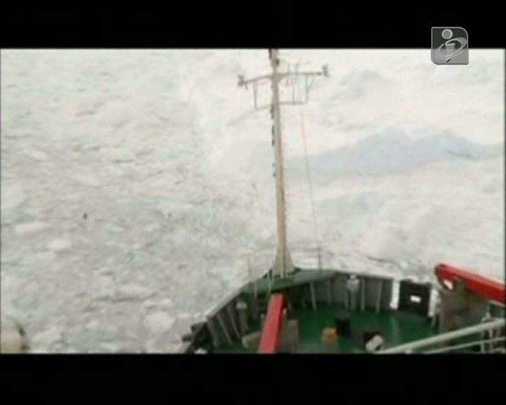 Navio chinês e barco russo libertados do gelo da Antártida