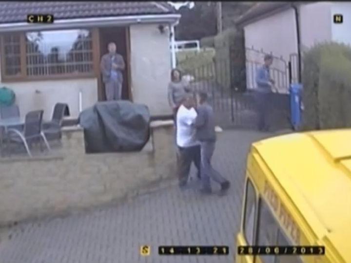 Vídeo mostra família britânica a maltratar jovem mantido em cativeiro (Foto:Reprodução/YouTube)