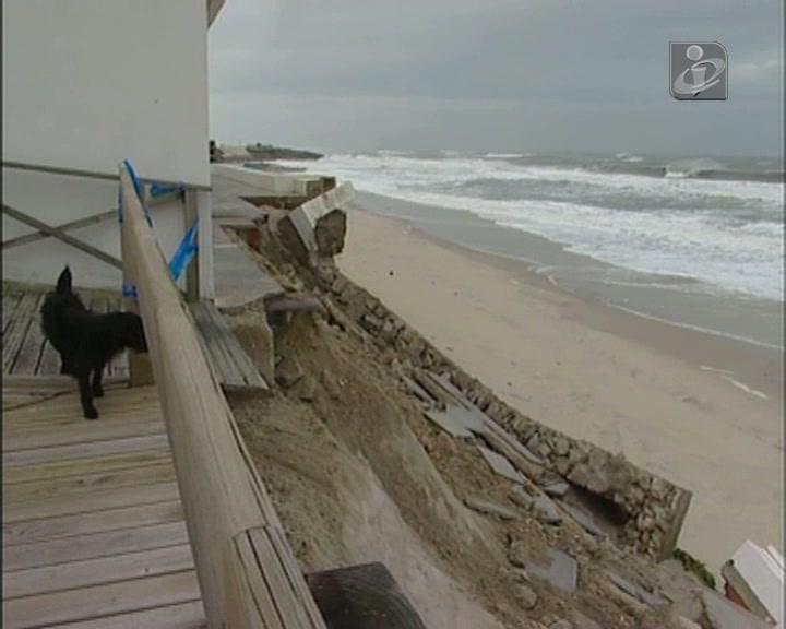 Leiria: autarquia pondera intervenção para travar avanço do mar na praia de Pedrógão