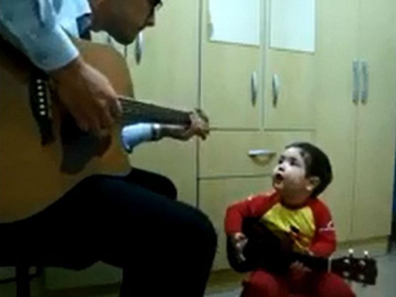 Menino de um ano canta «Don`t Let Me Down» com o pai
