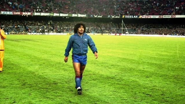 Maradona a entrar em campo naquele 8 de janeiro de 1984 (FOTO Archivo FCB)