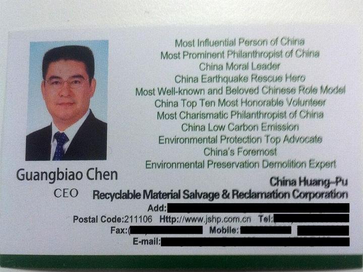 Cartão-de-visita do magnata chinês que quer comprar o New York Times (Foto:Reprodução/Luke Buckmaster/Twitter)