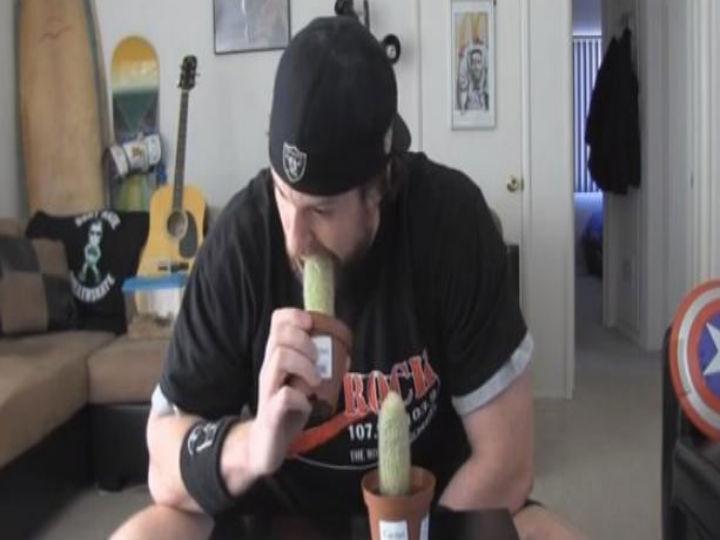 Este homem até come cactos (Foto:Reprodução/YouTube)