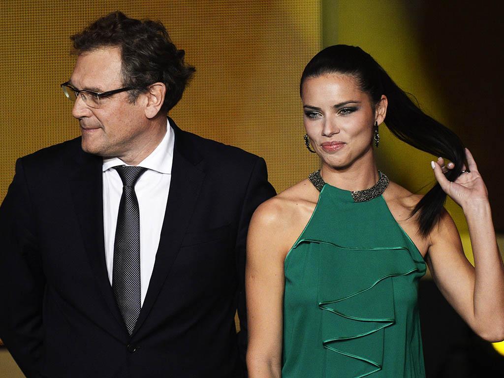 Adriana Lima e Jerome Valcke nos Prémios Bola de Ouro 2013 (EPA)