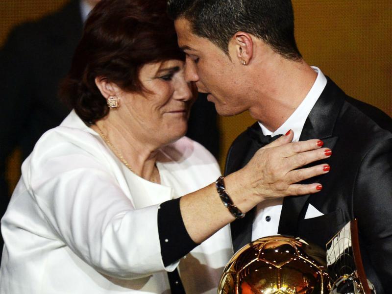 Cristiano Ronaldo com a mãe (EPA/LUSA)