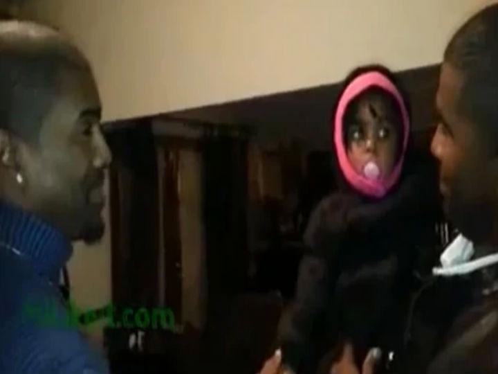 Bebé fica confusa ao ver pela primeira vez irmão gémeo do pai (Foto:Reprodução/YouTube)