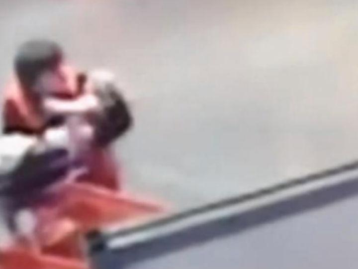 Vídeo mostra momento em que funcionário de loja salva bebé (Foto:Reprodução/YouTube)