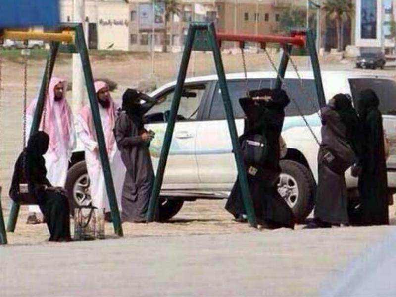 Mulheres sauditas impedidas de andar de baloiço