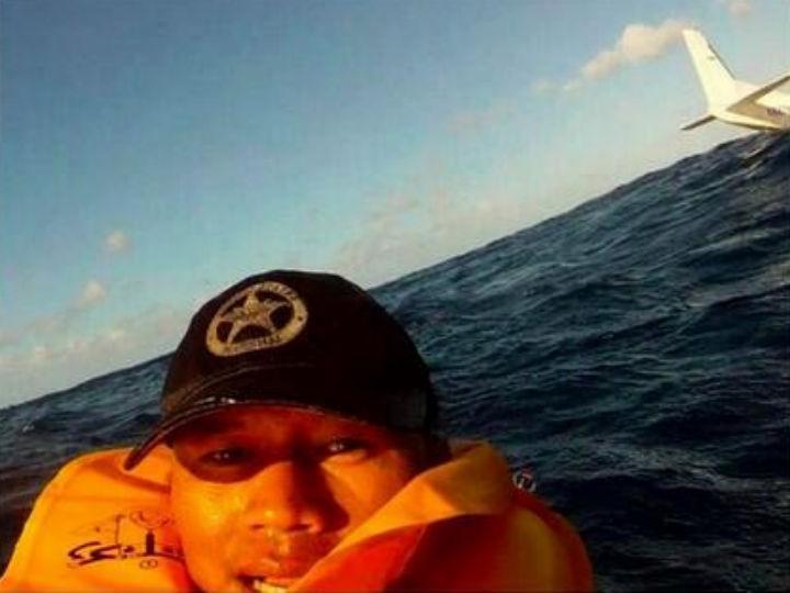 Sobrevivente de acidente aéreo tira «selfie» após queda de avião no mar (Foto:Reprodução/Ferdinand Fuentes/Facebook)