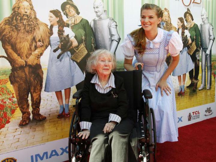 Ruth Duccini com a atriz Danielle Wade, que interpreta a personagem Dorothy na nova adaptação teatral de «O Feiticeiro de Oz» (Foto:Reprodução/Fred Prouser/Reuters)