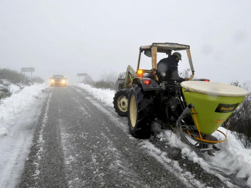 Neve corta estrada em Viseu (Lusa)