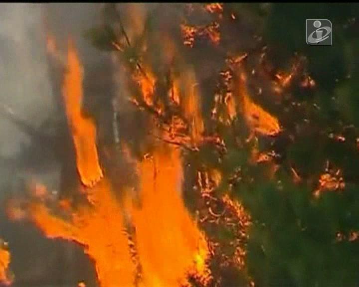Fogos com chamas até 40 metros de altura