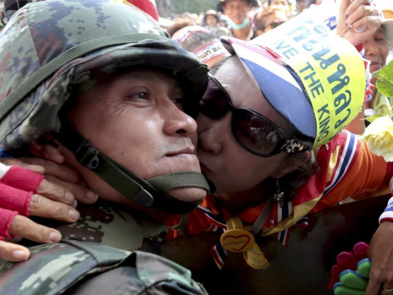 Manifestante anti-governo beija militar na Tailândia (EPA/LUSA)