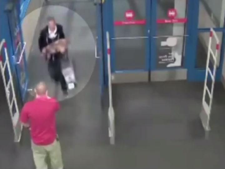 Jovem rouba TV e foge de skate (Foto:Reprodução/YouTube)